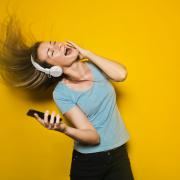 Meisje dansend met muziek via koptelefoon