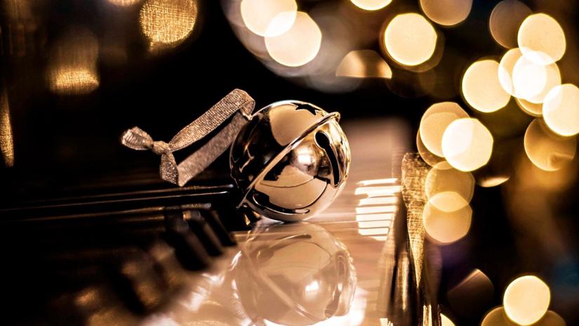 Kerstbel op piano
