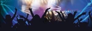 Dansende mensen onder het genot van lichtstralen en de juiste muziek