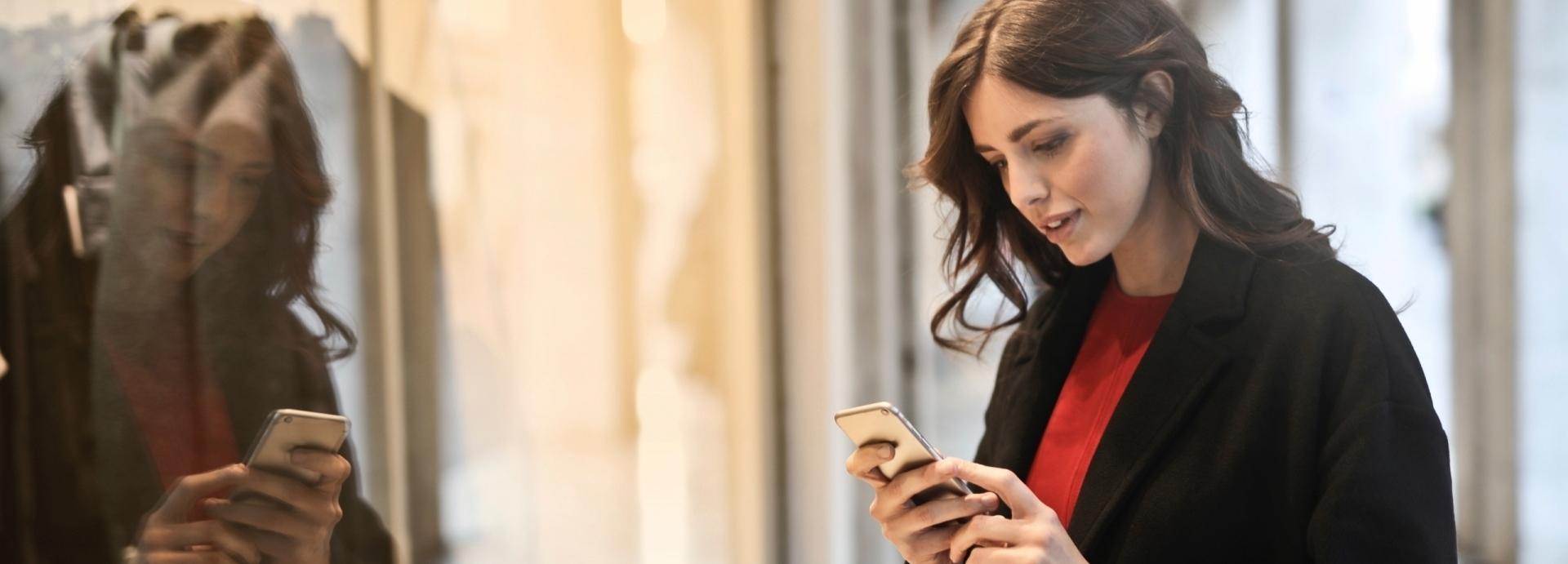 Vrouw ontvangt gepersonaliseerde aanbieding door social WiFi