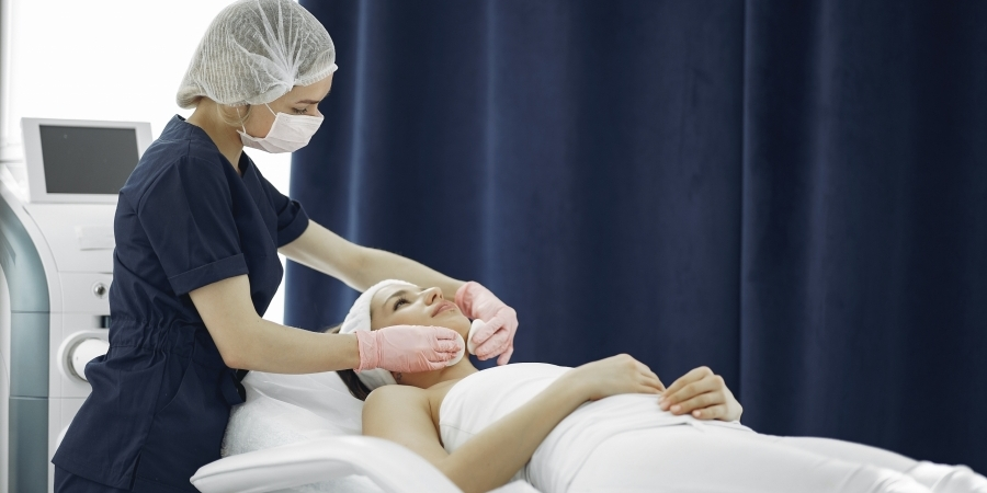Vrouw geniet van muziek en geur tijdens behandeling bij Health Spa